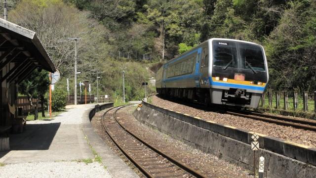 坪尻駅を通過する列車